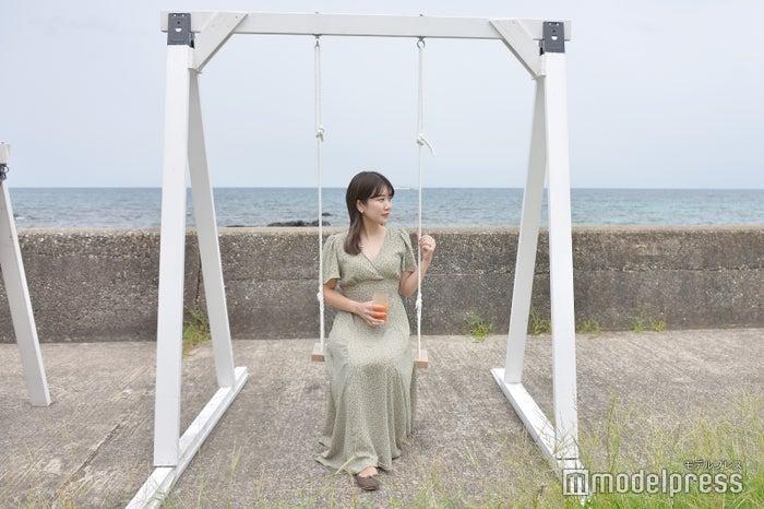 海を眺められるブランコも(C)モデルプレス