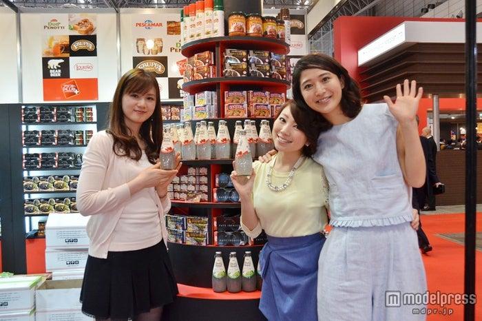 アジア最大級の食品・飲料専門展示会「FOODEX JAPAN 2014」に来場した美食女子【左から】美容料理家の 松野エリカ、リポーターで料理家の真鍋摩緒、モデルでリポーターの佐々木依里