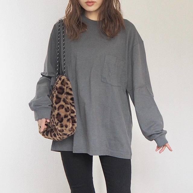 グレーのクルーネックTシャツに黒のスキニーパンツを合わせ、レオパード柄ボアショルダーバッグをコーディネート