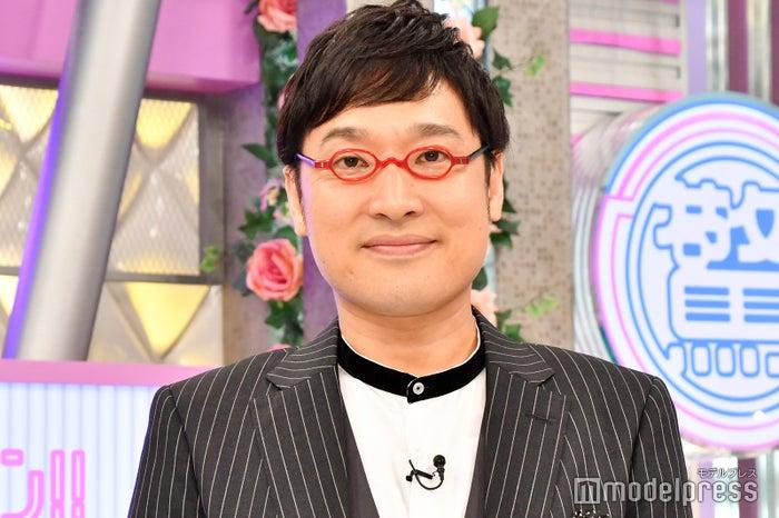 囲み取材に応じた山里亮太 (C)モデルプレス