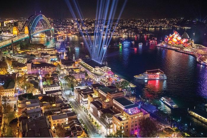 シドニー湾がこんなにも鮮やかにライトアップされるのはこの時期だけ/Destination NSW