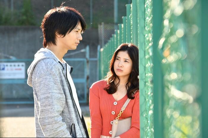 向井理、吉高由里子/「わたし、定時で帰ります。」より(C)TBS
