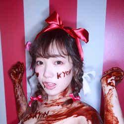 """モデルプレス - """"プロフェッショナルロリ巨乳""""京佳、ビキニで全身チョコまみれ姿が話題「とにかくエロかわいい」"""