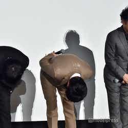 深々とお辞儀をする(左から)林遣都、田中圭、吉田鋼太郎(C)モデルプレス