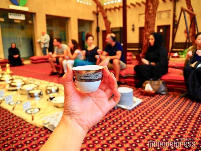 アラビックコーヒーは小さいカップで飲むのが基本(C)モデルプレス