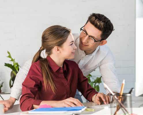 【社内恋愛】職場で年下男子が「思わず好きになった」きっかけとは?