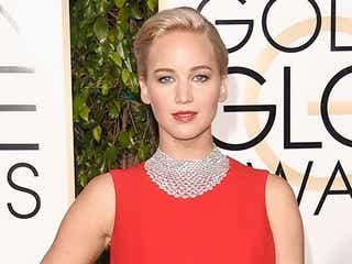 ジェニファー・ローレンス、華やかドレスで「ゴールデン・グローブ賞」女優賞を受賞