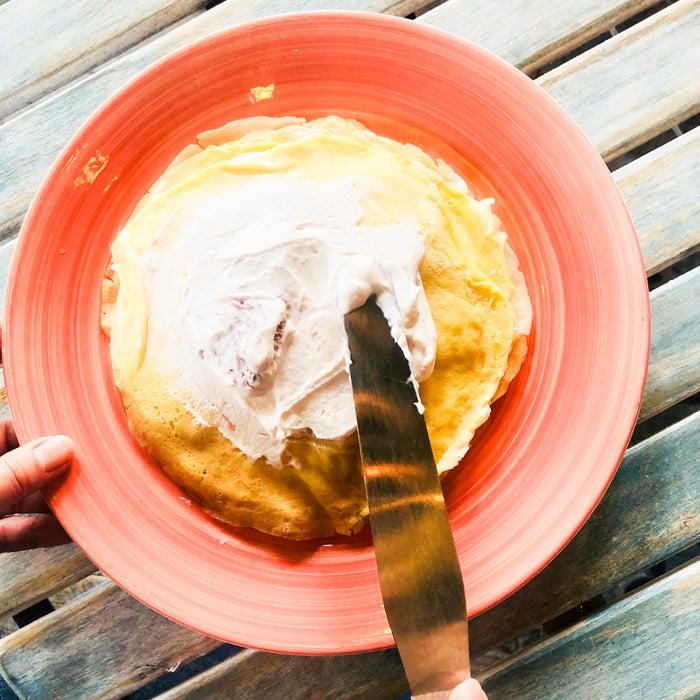 手順7:お皿にクレープ生地を広げクリームを塗り重ねていく/画像提供:柏原歩