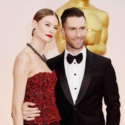 マルーン5アダム、ヴィクシーモデルの妻と2ショット登場 アカデミー賞授賞式では渾身のパフォーマンス