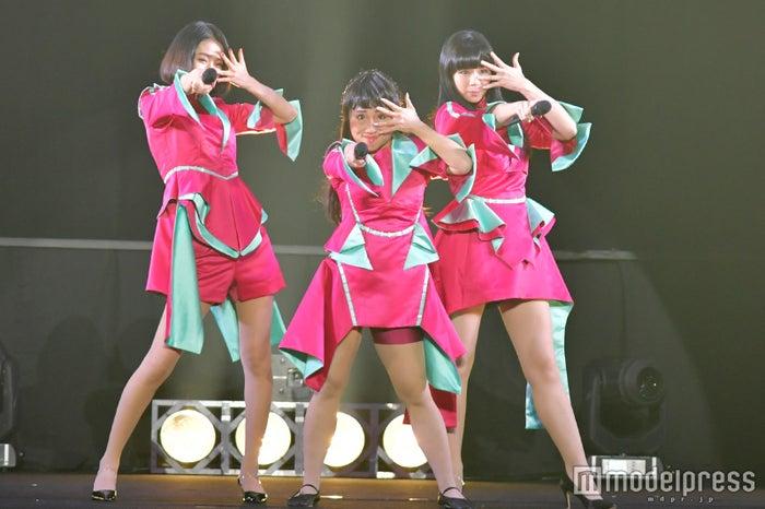 「TGC HIROSHIMA 2017 by TOKYO GIRLS COLLECTION」に出演したキンタロー。(中央) (C)モデルプレス