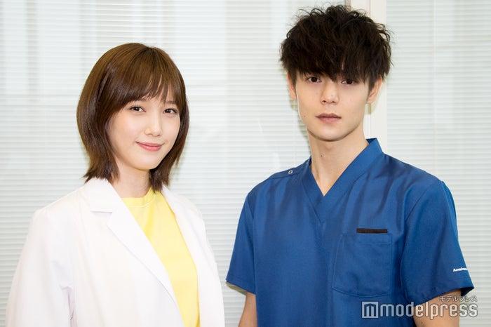 (左から)本田翼・窪田正孝、 役衣装写真初解禁(C)モデルプレス