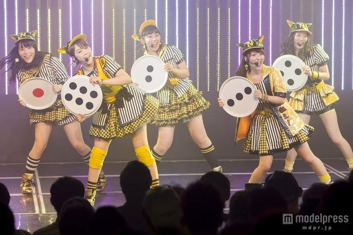HKT48の村重杏奈(左から2人目)も初登場(C)NMB48