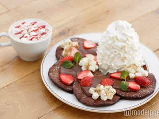 エッグスンシングス、濃厚チョコパンケーキが登場 マシュマロ×いちごで甘い味わい