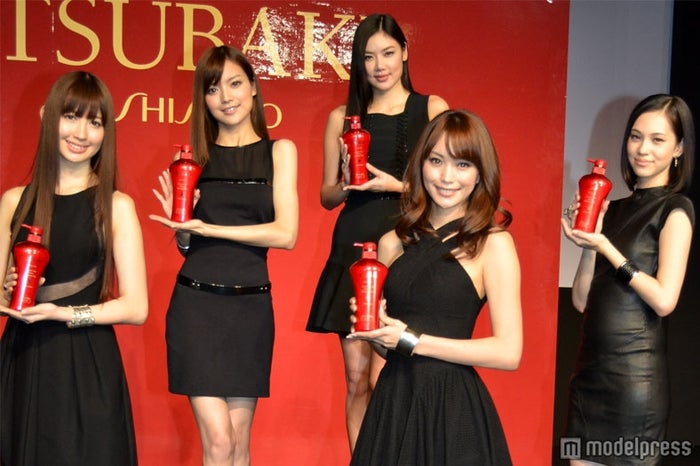 「TSUBAKI」新モデル左から:小嶋陽菜(AKB48)、アンナ・ケイ、ゲイリ・ライ、蛯原友里、水原希子