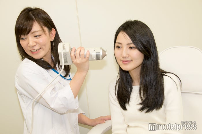 メイク後の肌の明るさを測定/モデル:井野史菜さん(C)モデルプレス