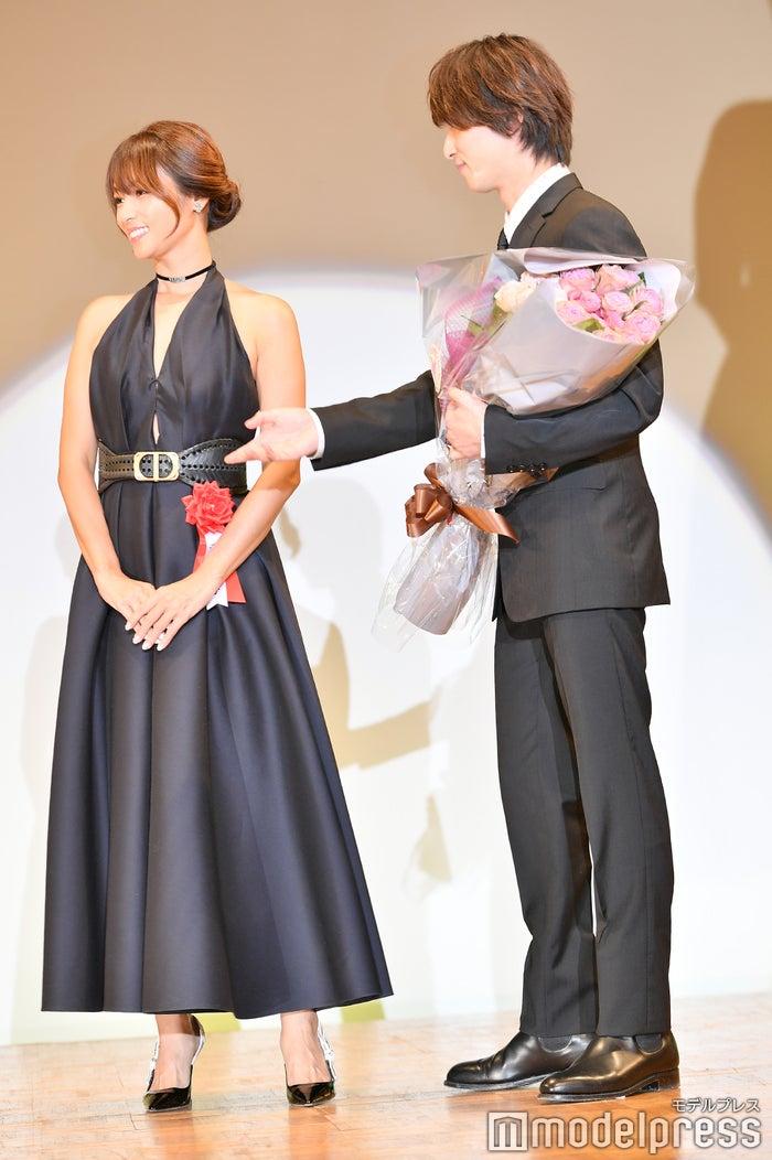 深田恭子に前を譲る横浜流星(C)モデルプレス