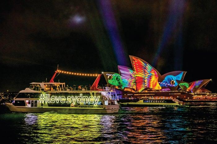 プロジェクションマッピングによって生き物のように様相を変えるオペラ・ハウスと、ビジターに人気のビビッド・クルーズ/Destination NSW
