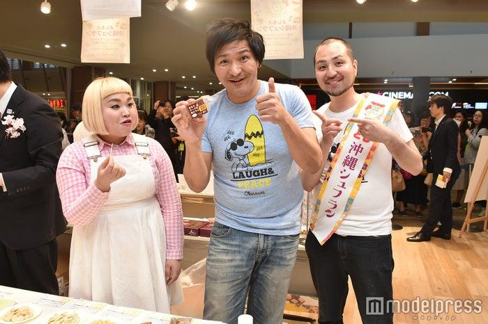 (左から)大屋あゆみ、スリムクラブ(C)モデルプレス