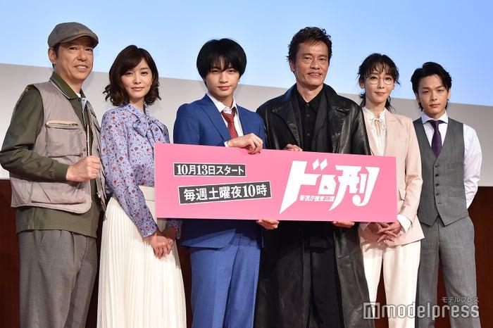 (左から)板尾創路、石橋杏奈、中島健人、遠藤憲一、稲森いずみ、中村倫也(C)モデルプレス