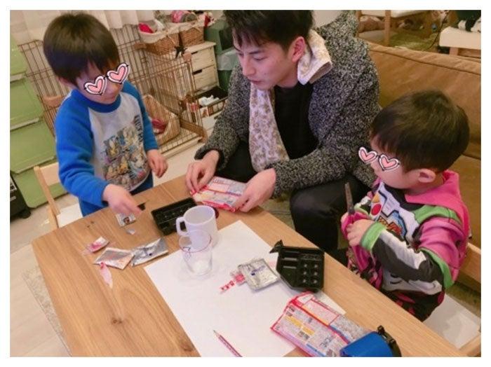 2人の息子と遊ぶ石黒英雄/辻希美公式ブログ(Ameba)より