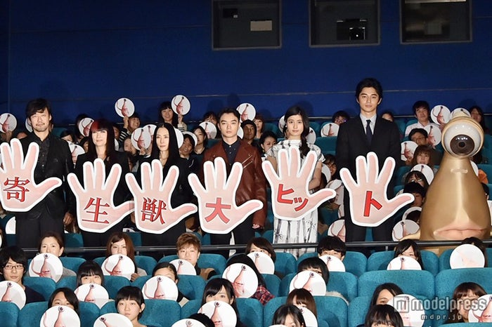 映画『寄生獣』初日舞台挨拶/左から:山崎貴監督、余貴美子、深津絵里、染谷将太、橋本愛、東出昌大、ミギー