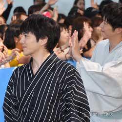 ファンを眺める林遣都、ファンに手を振る田中圭(C)モデルプレス
