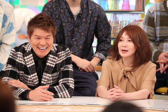 (左から)ヒロミ、YOU(C)フジテレビ