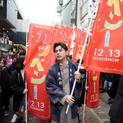 """成田凌、竹下通りにサプライズ登場 原宿との""""縁""""明かす<カツベン!>"""