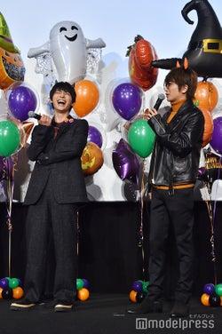 独特の擬音を使って話すNissy(右)がツボにハマり爆笑する吉沢亮(左) (C)モデルプレス