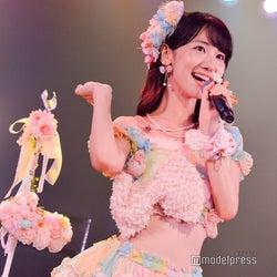 """AKB48柏木由紀「まさかアラサーになって…」 """"7年前と同じ""""ウエスト見せ衣装に照れ"""