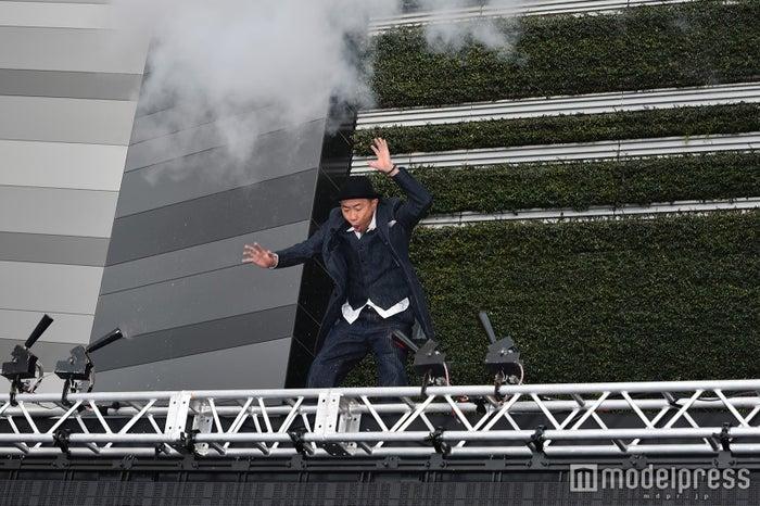 木梨憲武がポップアップで飛び上がり登場 (C)モデルプレス