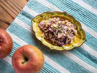 旬の果物でシャキシャキ前菜!「ミョウガとりんごのコールスロー」の作り方