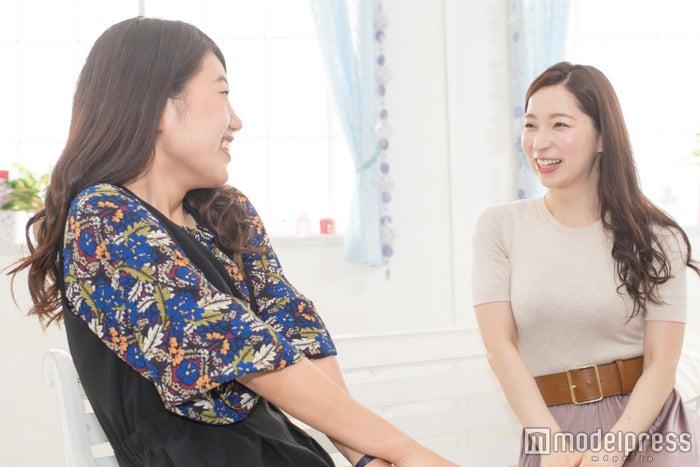 (左から)横澤夏子、鶴愛佳(C)モデルプレス