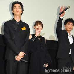 清水尋也、生配信動画のカメラに向かって手を振る堀未央奈、間宮祥太朗 (C)モデルプレス