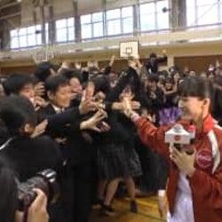 綾瀬はるか、福島の高校をサプライズ訪問!