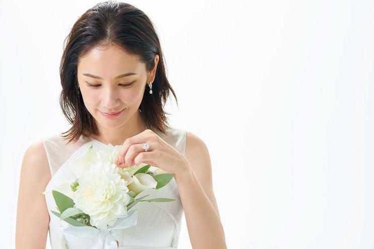 吉田羊、大人の魅力溢れるウエディングドレス 結婚式は「年齢など気にせず前向きに」