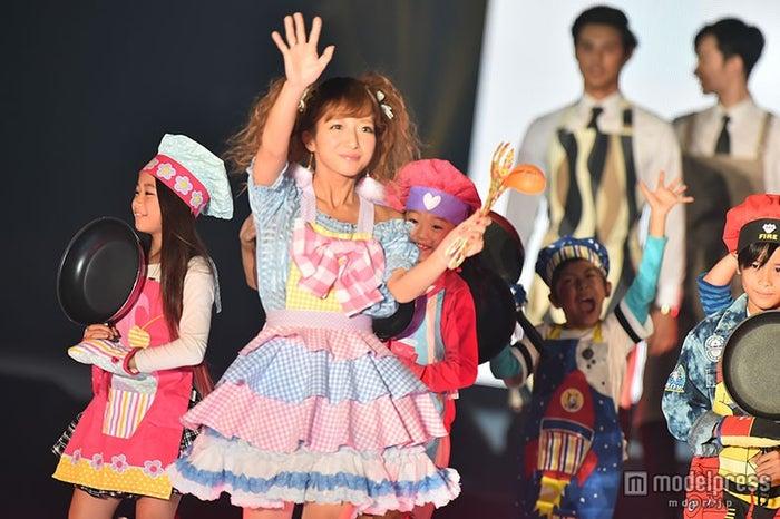 辻希美、子供たちと楽しくウォーキング