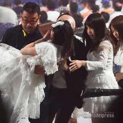 担いで運ばれる松井珠理奈/「AKB48 53rdシングル 世界選抜総選挙」AKB48グループコンサート(C)モデルプレス