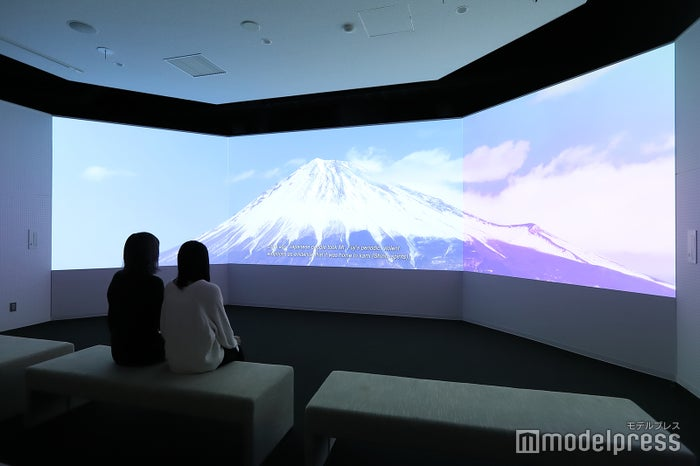 ドローン撮影したうつくしい富士山と三保松原の映像が流れるシアタールーム。(C)モデルプレス