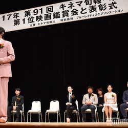 ピンクのスーツがおしゃれ (C)モデルプレス