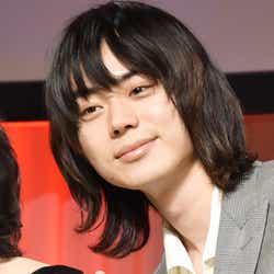 ピースをする菅田将暉 (C)モデルプレス