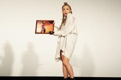 デビュー曲「TAKE BACK」アメリカ盤のアナログレコードをプレゼントされた倖田來未(画像提供:avex)