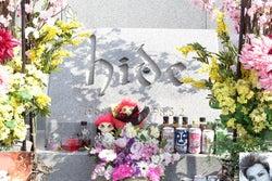 hideの墓/映画「HURRY GO ROUND」より(提供写真)