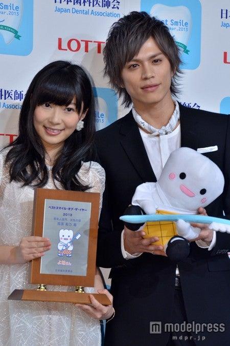 「ベストスマイル・オブ・ザ・イヤー2013」を受賞した指原莉乃と山本裕典