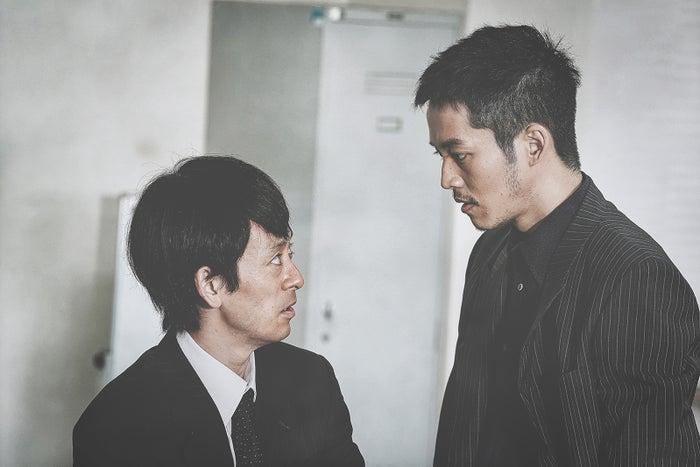 滝藤賢一、松坂桃李(C)2021「孤狼の血 LEVEL2」製作委員会