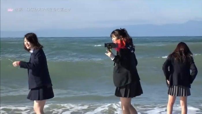 ななみのスマホを一斉捜索/「女子高生ミスコンFINALIST~ハレトキドキJK~」より(提供画像)