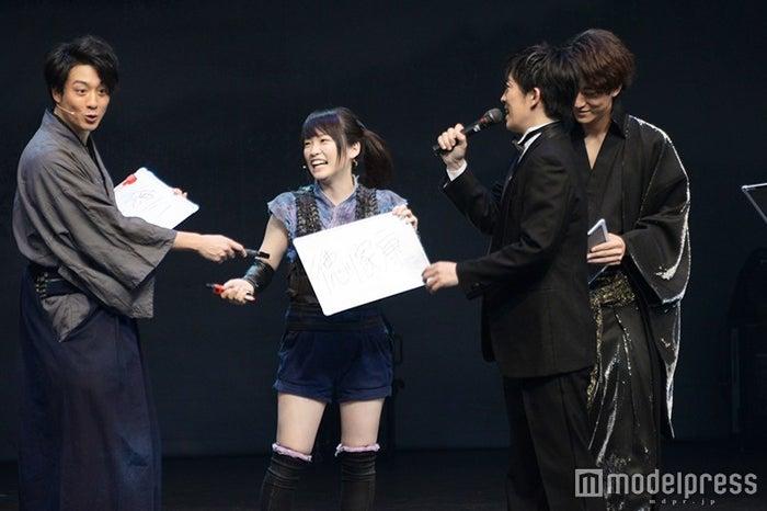 川栄李奈が漢字を書けたことに感心する渡部秀(左)(C)モデルプレス