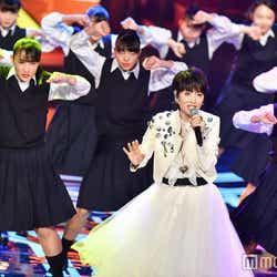 荻野目洋子と登美丘高校ダンス部 (C)モデルプレス
