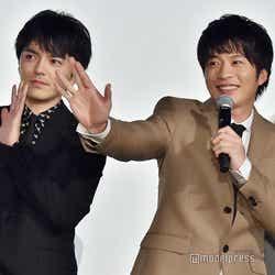 全国のライブビューイングに手を振る林遣都、田中圭(C)モデルプレス