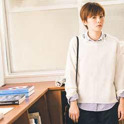 衿ビジュー付きシャツ¥4,900、ニットプルオーバー¥4,900(期間限定セットで購入すると¥6,900+tax)
